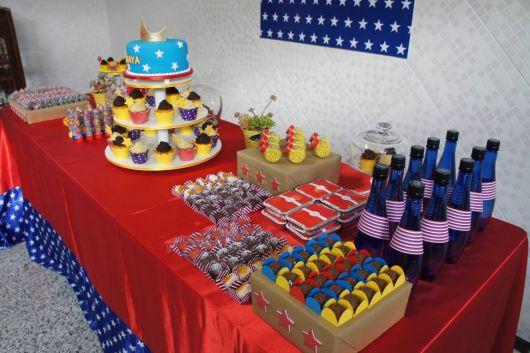 Festa Mulher Maravilha simples com mesa improvisada