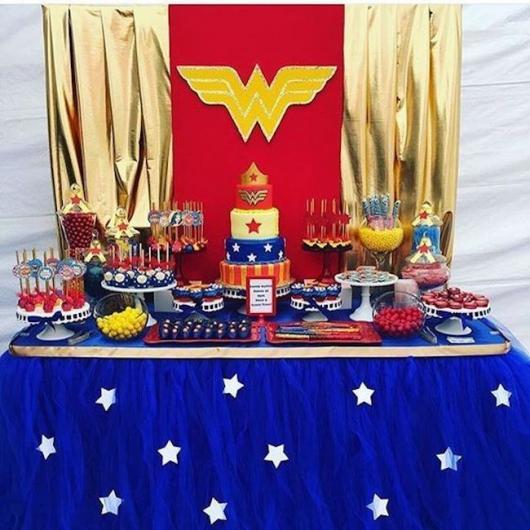 Festa Mulher Maravilha simples com toalha de mesa de cetim azul com aplique de estrelas brancas