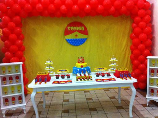 Festa Mulher Maravilha simples com provençal e balões vermelhos