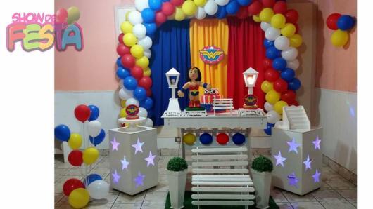Festa Mulher Maravilha provençal com arco de balões