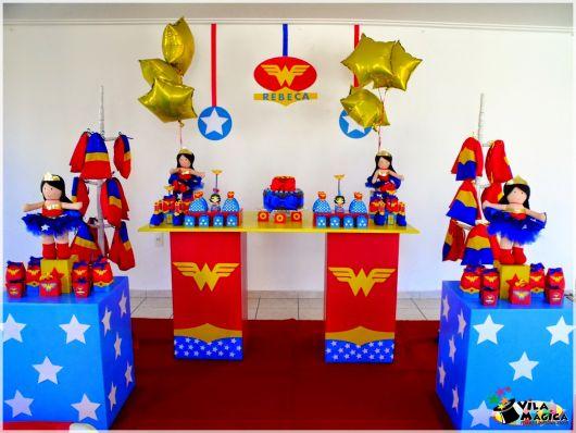 Festa Mulher Maravilha simples com cubos azuis e balões metalizados