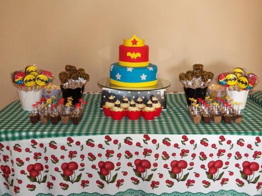 Festa Mulher Maravilha simples com bolo de 2 andares