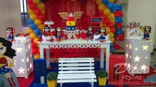 Festa Mulher Maravilha provençal com balões e cortina vermelha