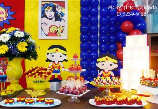 Festa Mulher Maravilha baby com display e flores