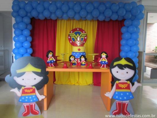 Festa Mulher Maravilha baby com display e boneca de feltro