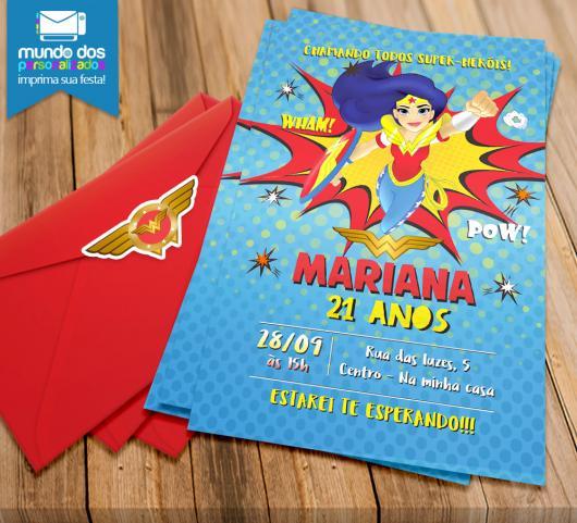 Festa Mulher Maravilha convite azul com envelope vermelho