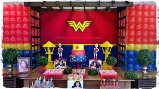 Festa Mulher Maravilha provençal com painel de balões personalizado
