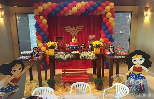 Festa Mulher Maravilha provençal com displays