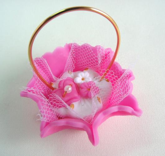 Lembrancinhas de 18 Anos em biscuit cestinha rosa