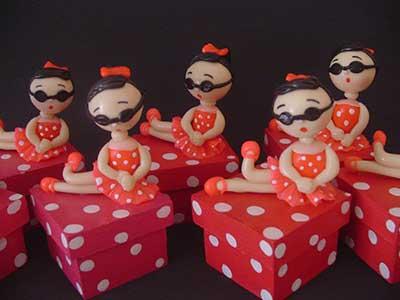 Lembrancinhas de 18 Anos em biscuit caixinha com bonequinha de biscuit