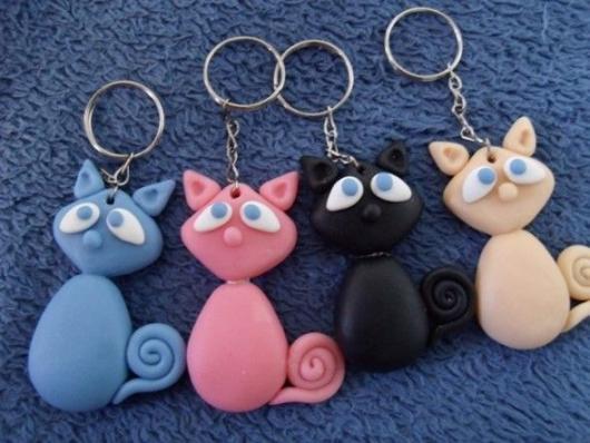 Lembrancinhas de 18 Anos em biscuit chaveiro de gatinhos