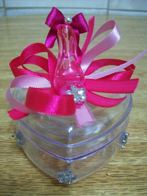 Lembrancinhas de 18 Anos simples caixinha de acrílico com mini sapatinho rosa