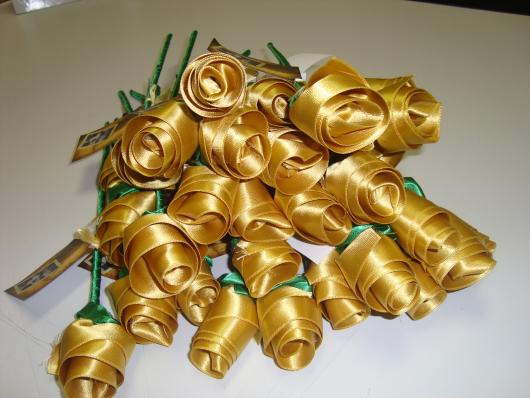 Rosas artesanais de cetim