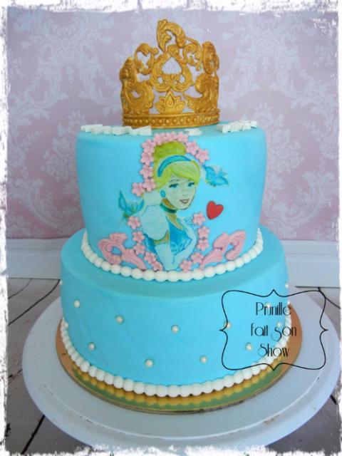 Bolo da Cinderela azul e rosa com coroa no topo