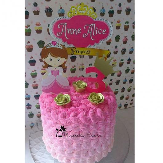 Bolo Mesversário Princesa com chantilly rosa e toppers