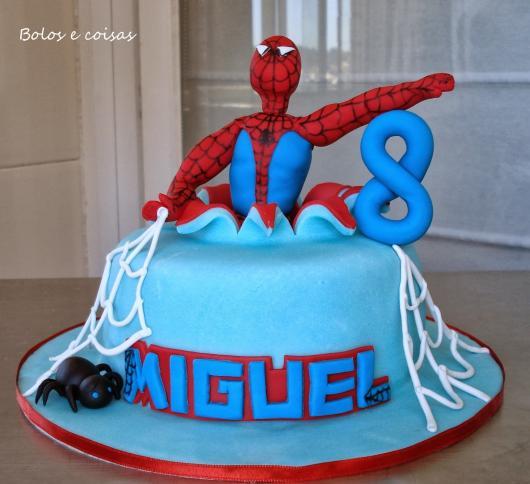 Bolo Mesversário Homem-Aranha com detalhe de personagem saindo do bolo