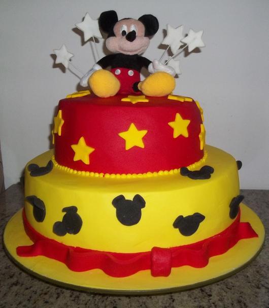 Bolo personalizado Mickey com estrelinhas amarelas