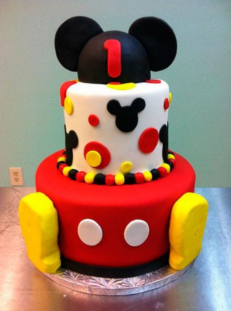 Bolo personalizado Mickey com as cores vermelho, amarelo e branco