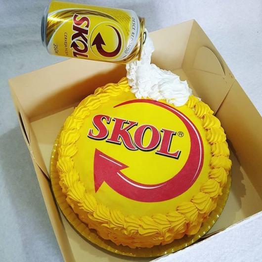 Bolo personalizado cerveja com papel de arroz e chantilly amarelo