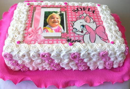 Bolo personalizado com foto e chantilly rosa e branco