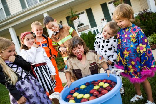 Brincadeiras para festa infantil pega maçã