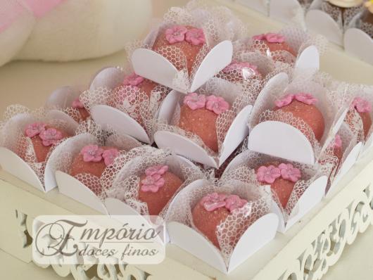 Doce bicho de pé com florzinha rosa em cima