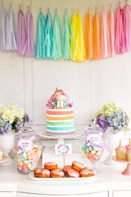 Enfeites de Unicórnio para festa: bolo colorido