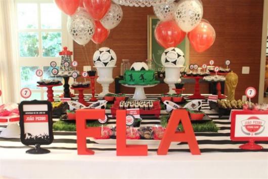 Festa do Flamengo infantil com letras de MDF na mesa