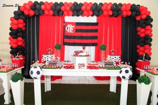 Festa do Flamengo para homem com bandeira do time