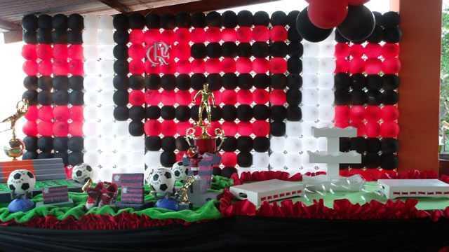 Festa do Flamengo para homem com troféu decorativo na mesa