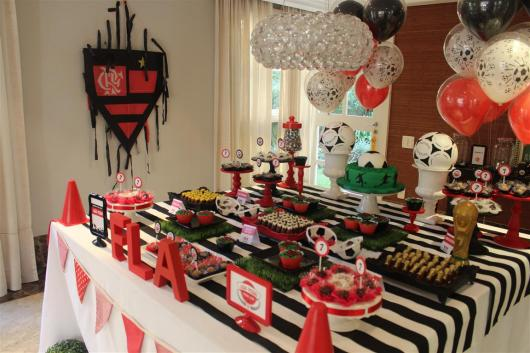 Festa do Flamengo infantil com toalha de mesa preta e branca
