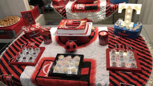 Festa do Flamengo simples com toalha de mesa branca