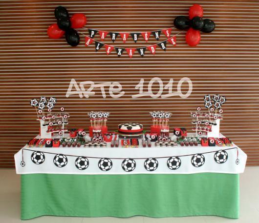 Festa do Flamengo simples com toalha de mesa verde e branca