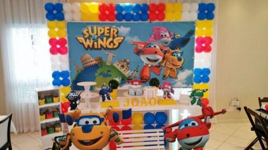 Decoração de Festa Super Wings provençal com balões amarelos, vermelho e azuis