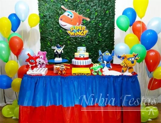 Decoração de Festa Super Wings simples com toalha de mesa azul e vermelha