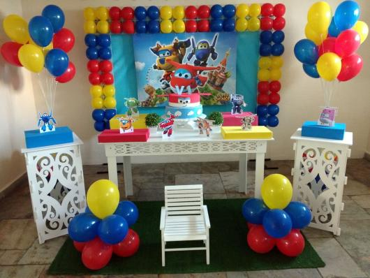 Decoração de Festa Super Wings provençal com esculturas de balões