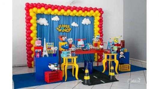 Decoração de Festa Super Wings provençal com móveis coloridos
