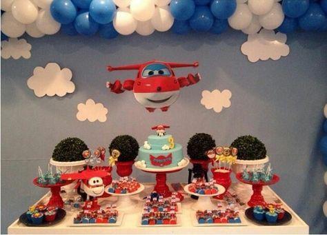 Decoração de Festa Super Wings simples com balões azuis e brancos