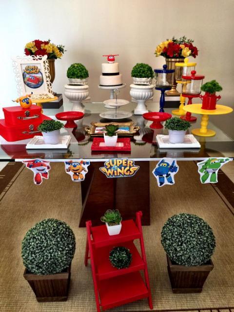 Decoração de Festa Super Wings simples apliques de papel decorando a frente da mesa