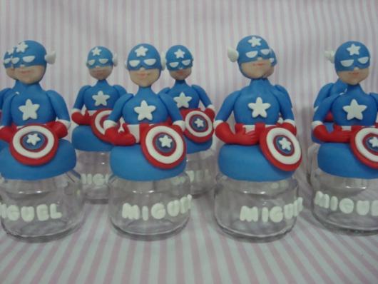 Lembrancinha do Capitão América de biscuit com potinho de papinha