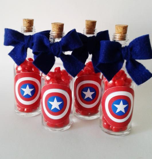 Lembrancinha do Capitão América garrafinha com doces personalizada