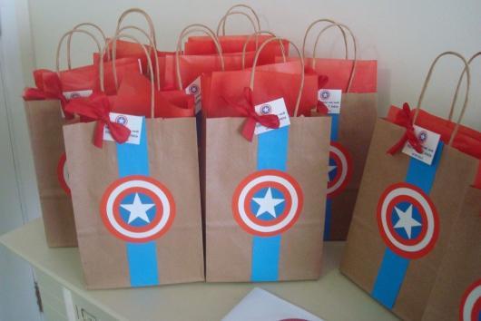 Lembrancinha do Capitão América sacolinha de papel craft personalizada