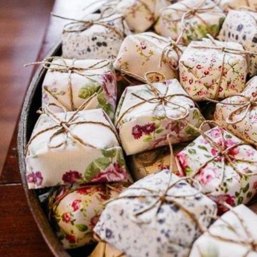 Lembrancinhas baratas para casamento doce em embalagem estampada com flores