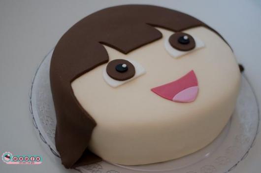 Bolo de uma camada com rosto da Dora Aventureira.