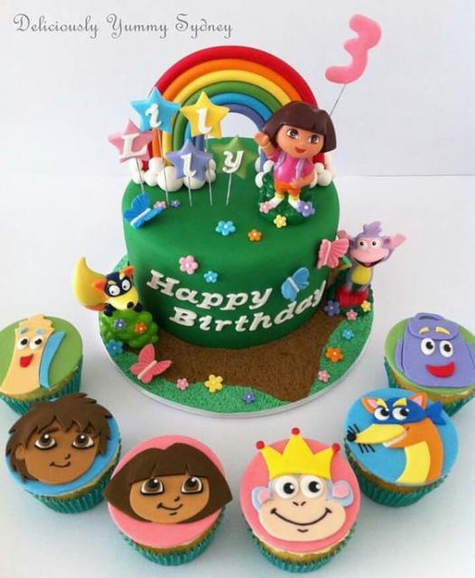 Bolo verde, envolto por cupcakes.