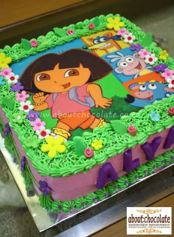 Bolo verde e lilás da Dora aventureira, com papel de arroz e chantilly.