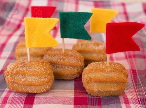 Mini churros com bandeirinhas.