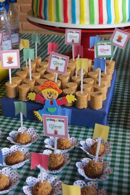 Mesa com doces de festa junina.