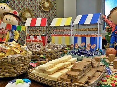 Mesa decorada com doces de festa junina.
