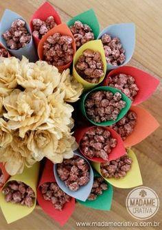 Amendoim doce dentro de cones.